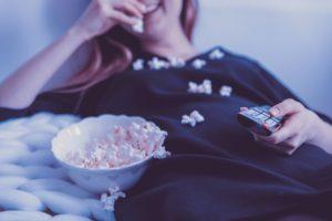 飲みながら映画やアニメを見るのが最高の贅沢