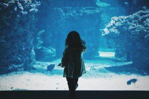 闇堕ちのきっかけは、物語の初期や幼い日に起こることが多い